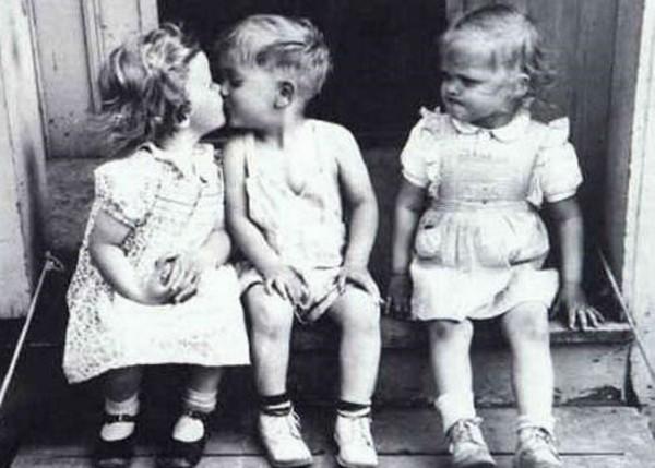 Kıskanç Bakışlı Çocuklar