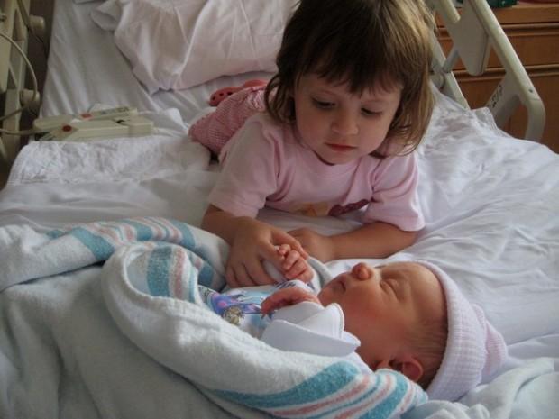 Küçük Çocukların Yeni Doğan Kardeşleriyle İlk Kez Tanıştıkları An Yakalanmış 19 Poz